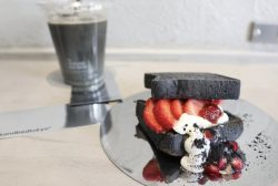 Charcoal bread with strawberries