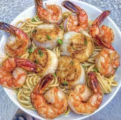 Jumbo shrimps w/scallops and garlic noodles